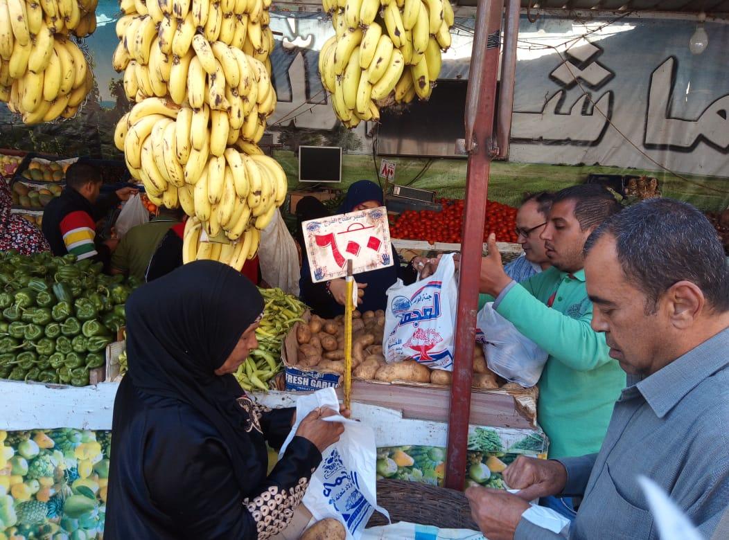 محافظ الدقهلية يتفقد منافذ بيع الخضار والفاكهة (3)