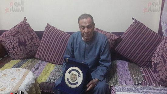 رقم-3-الدكتور-محمد-ومعه-وسام-من-وزير-التربية-والتعليم