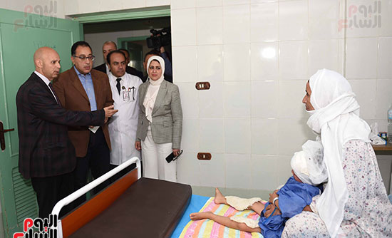 صور مصطفى مدبولى يتفقد مركز الحروق والجراحات التكميلية بههيا (3)