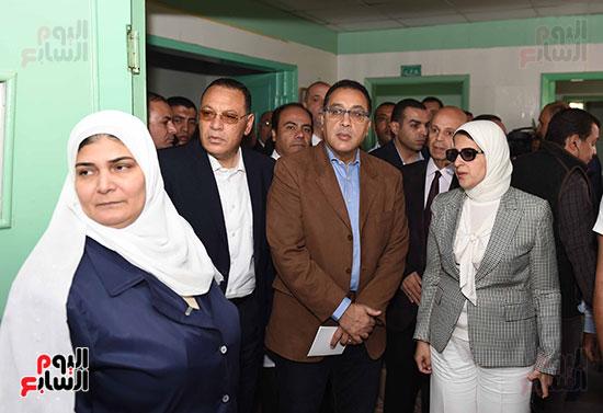 صور مصطفى مدبولى يتفقد مركز الحروق والجراحات التكميلية بههيا (2)