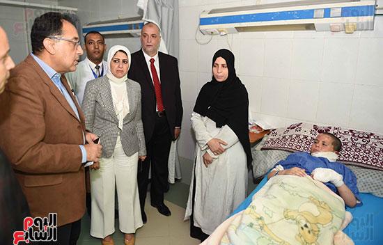 صور مصطفى مدبولى يتفقد مركز الحروق والجراحات التكميلية بههيا (4)