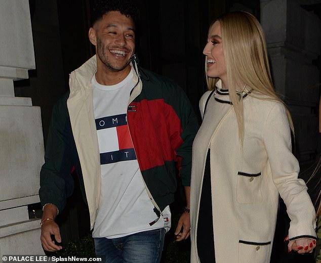 تشامبرلين لاعب ليفربول مع صديقته