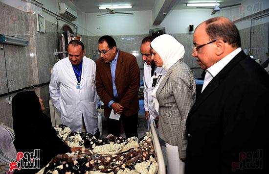 صور مصطفى مدبولى يتفقد مركز الحروق والجراحات التكميلية بههيا (7)