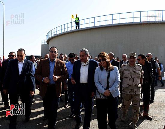 صور مصطفى مدبولى يبدأ زيارته للشرقية بتفقد محطة صرف العصلوجى (1)