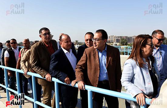 صور مصطفى مدبولى يبدأ زيارته للشرقية بتفقد محطة صرف العصلوجى (4)