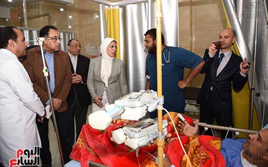 صور مصطفى مدبولى يتفقد مركز الحروق والجراحات التكميلية بههيا (6)