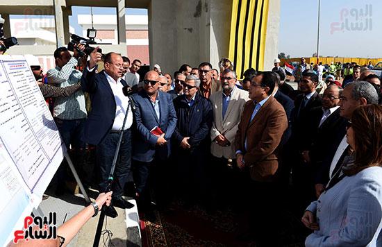صور مصطفى مدبولى يبدأ زيارته للشرقية بتفقد محطة صرف العصلوجى (2)