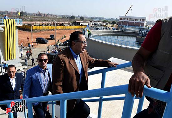 صور مصطفى مدبولى يبدأ زيارته للشرقية بتفقد محطة صرف العصلوجى (3)