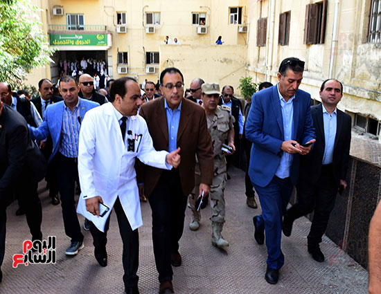 صور مصطفى مدبولى يتفقد مركز الحروق والجراحات التكميلية بههيا (5)