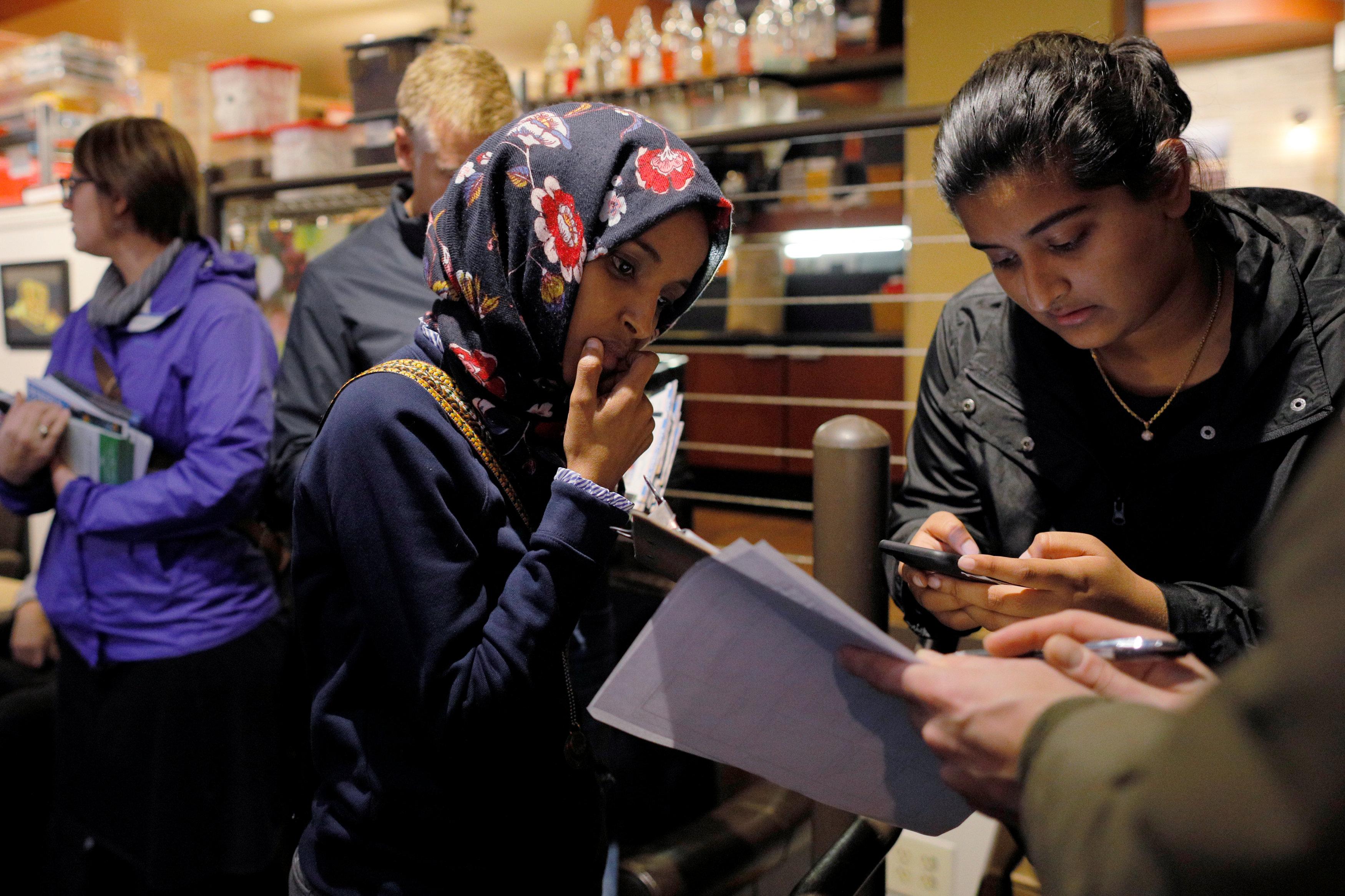 عمر مع عدد من أعضاء حملتها الانتخابية