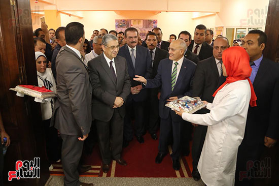 افتتاح وزير الكهرباء والانتاج الحربى مصنع عدادات الكهرباء (7)