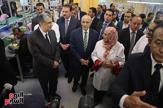 افتتاح وزير الكهرباء والانتاج الحربى مصنع عدادات الكهرباء (30)