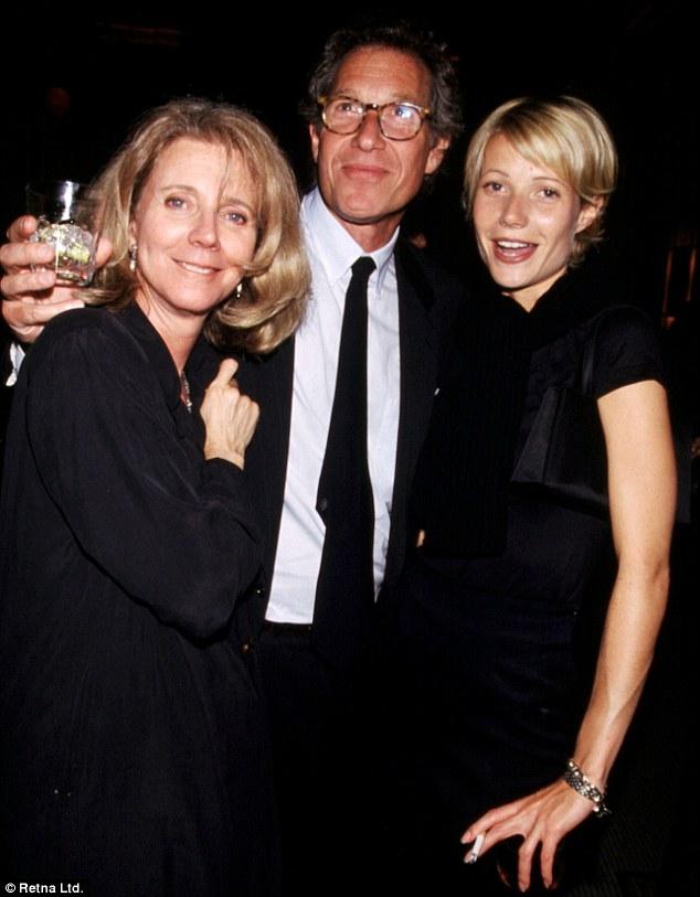 جوينيث بالتروبرفقة والدها ووالدتها