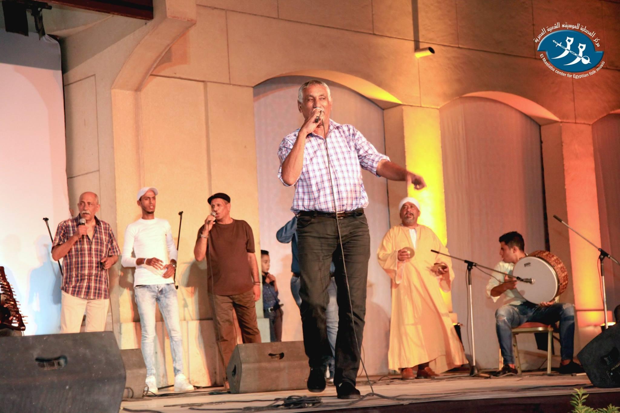 أحمد يقف خلف المسرح لينتظر دوره في الخروج إلى الجمهور