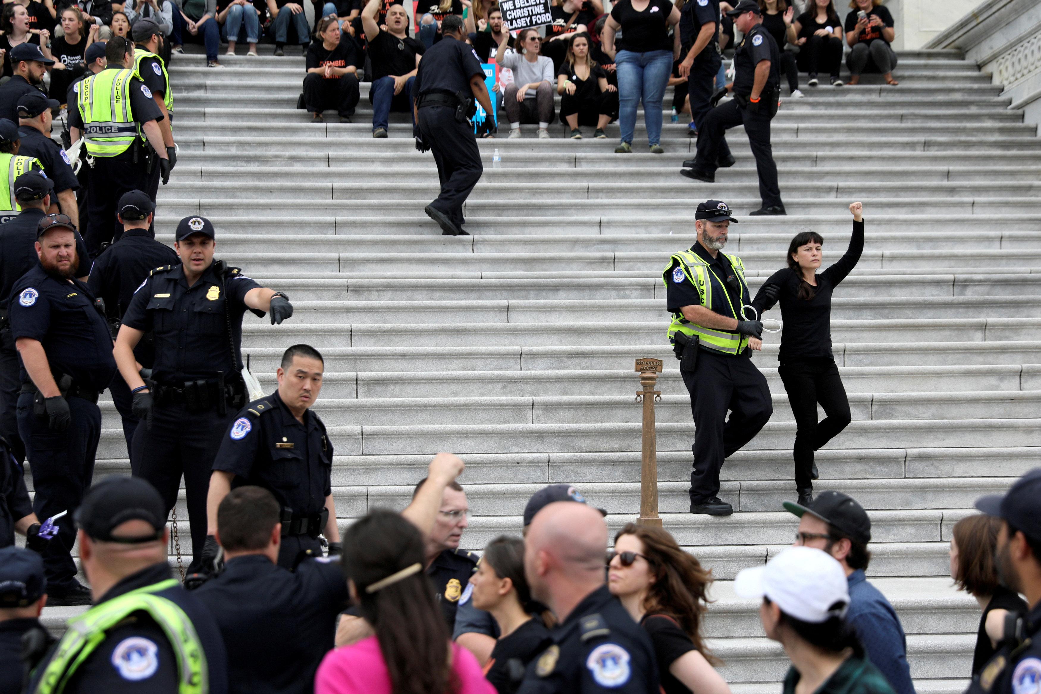 الشرطة تعتقل إحدى المتظاهرات