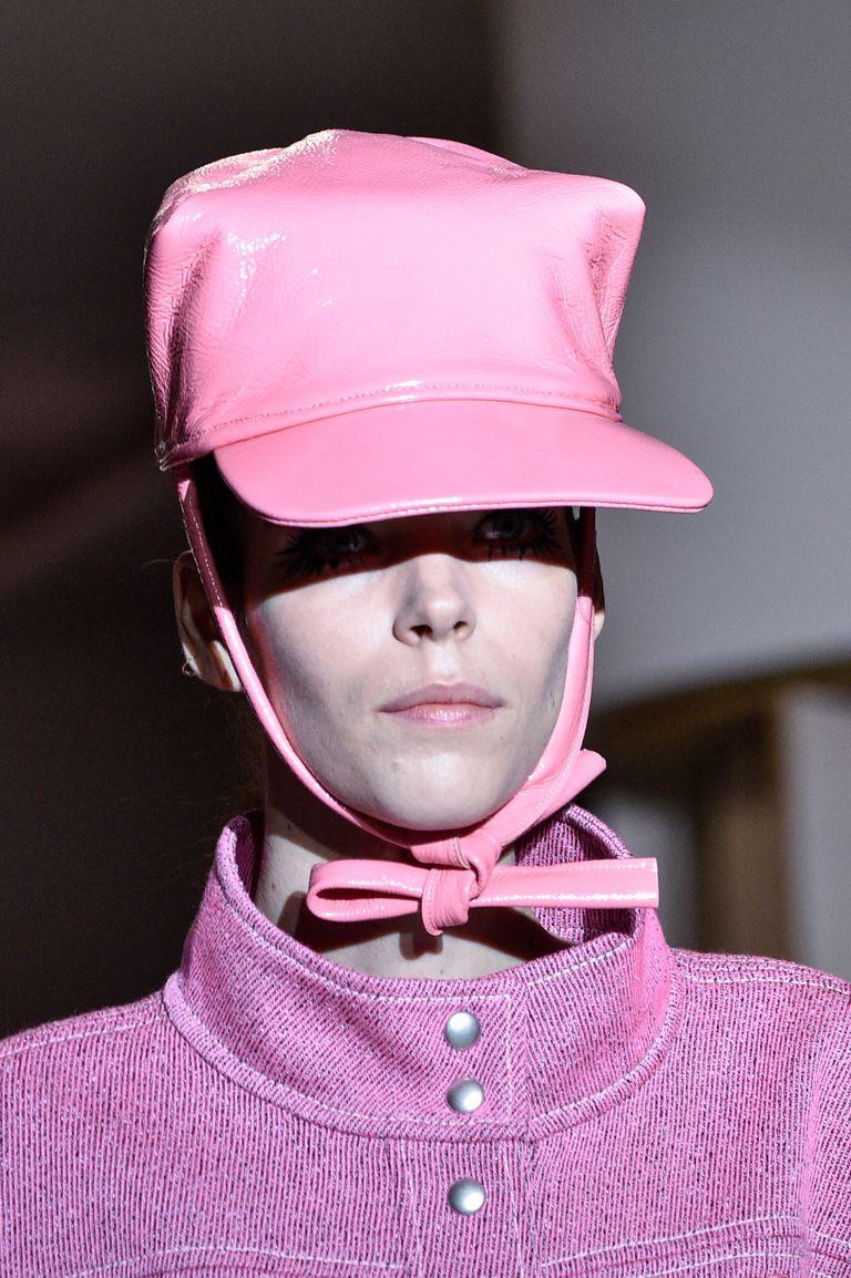 قبعة لفتت الانظار بعرض Courr�ges (1)