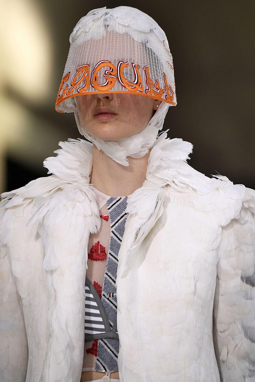 احدي قبعات Thom Browne