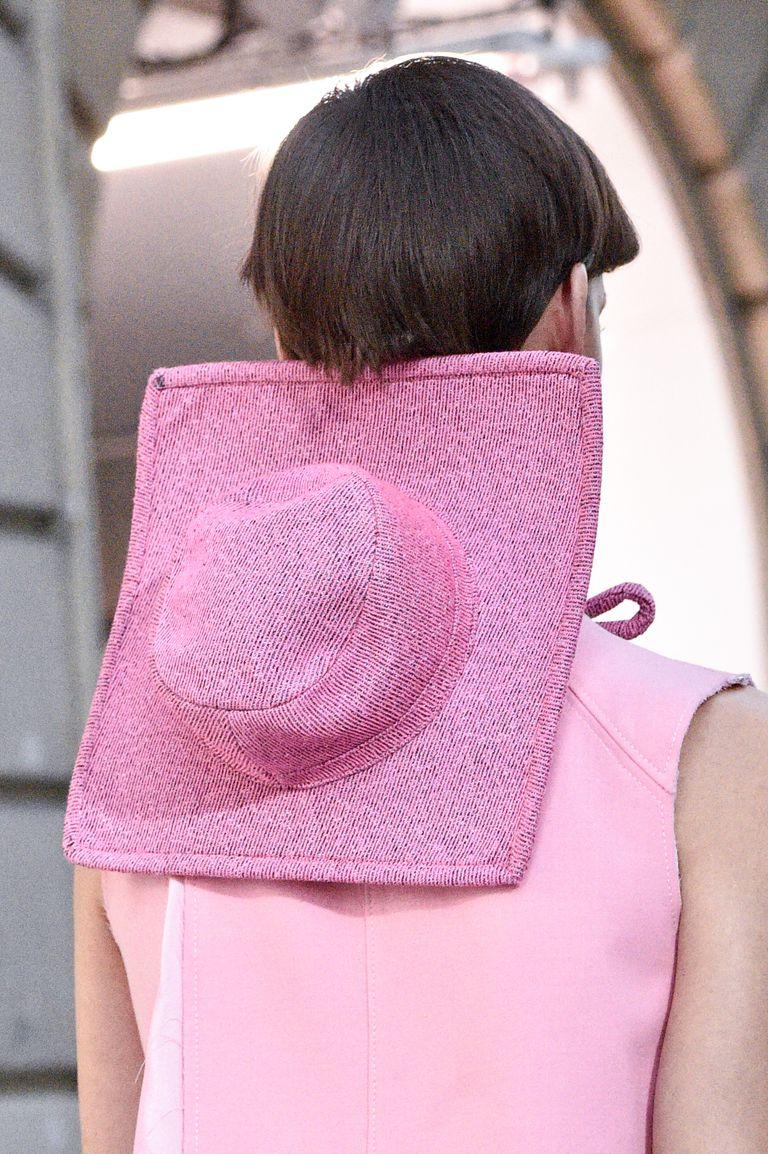 قبعة لفتت الانظار بعرض Courr�ges (2)