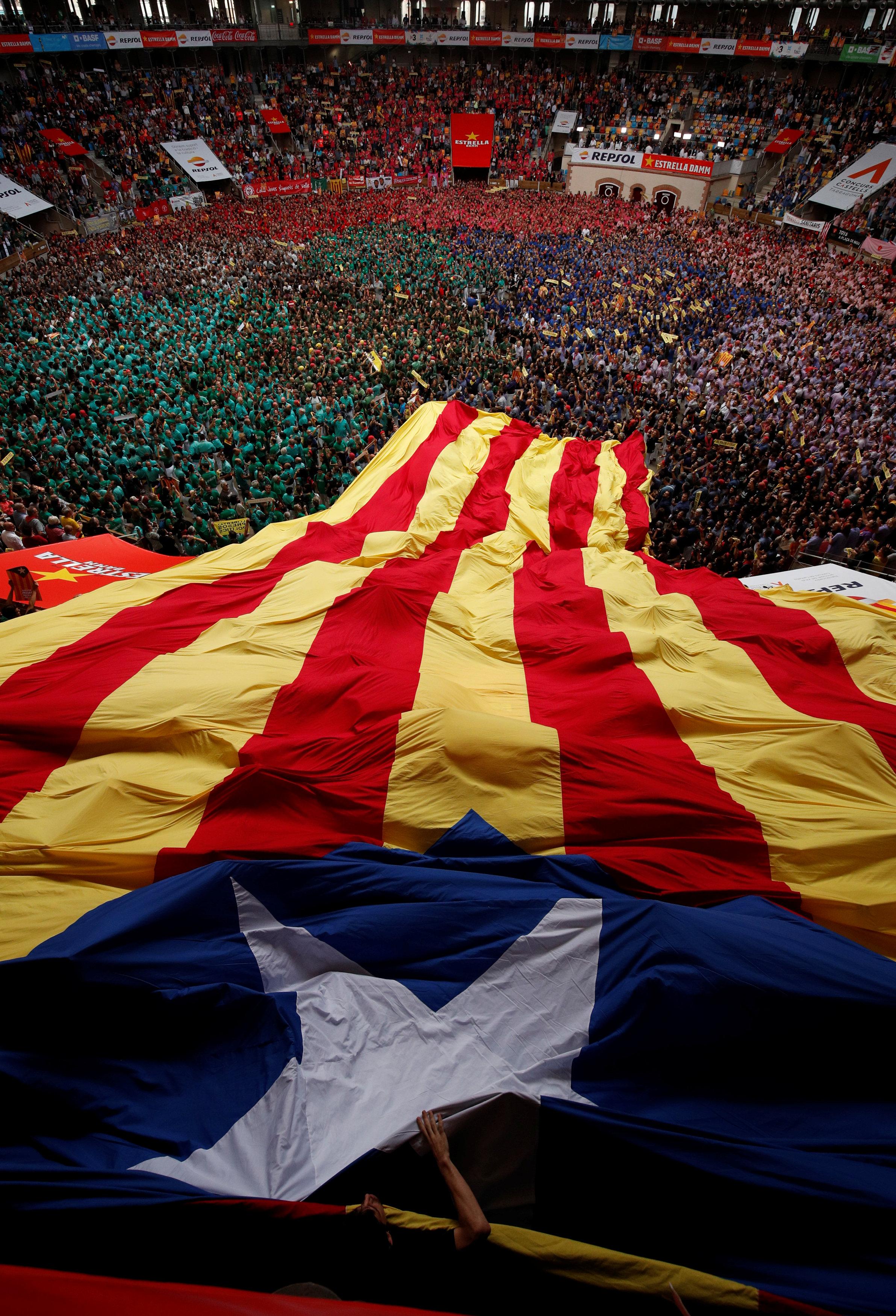 علم كاتالونيا يتصدر المشهد فى المسابقة