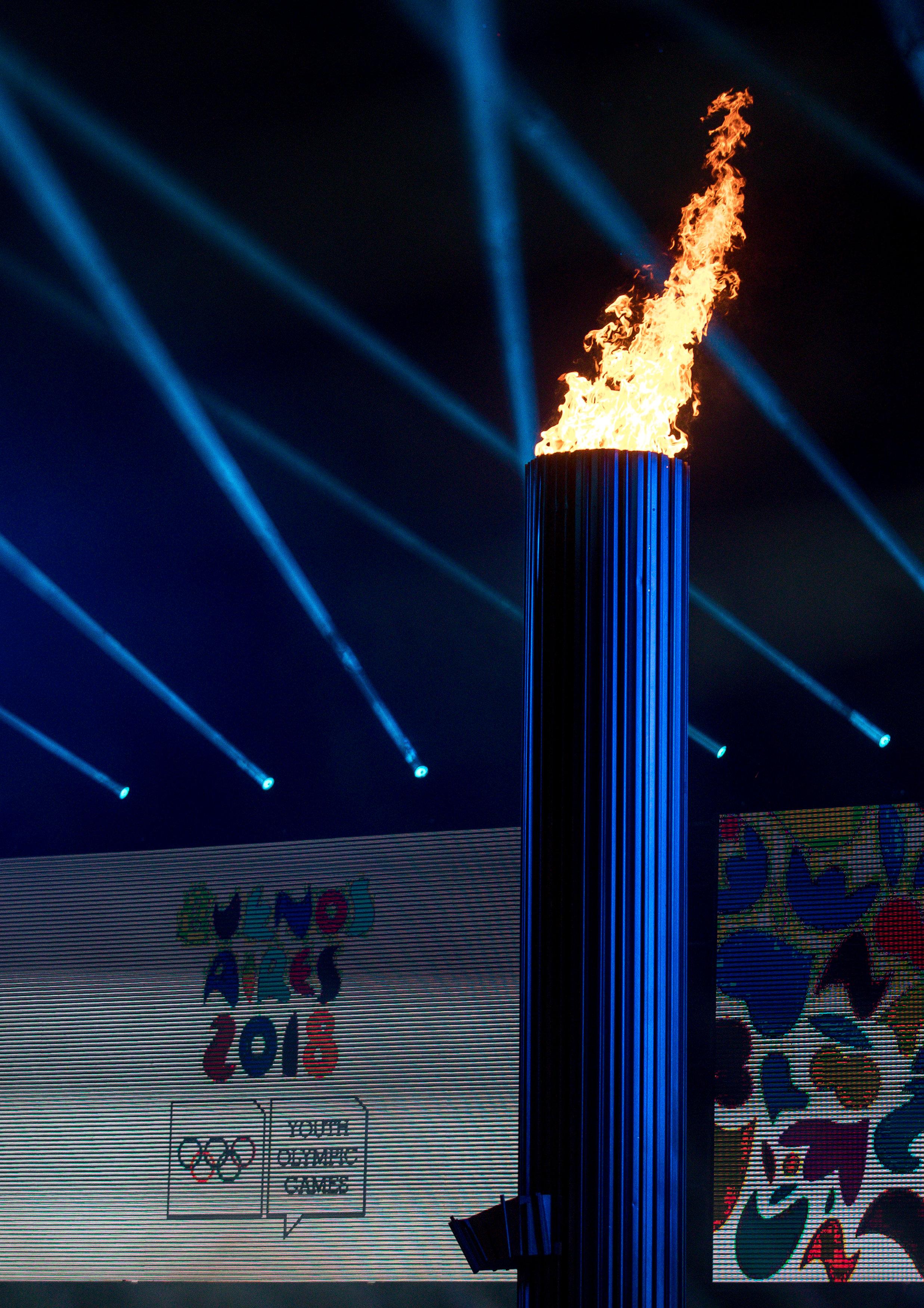 اشعال الشعلة خلال حفل افتتاح الألعاب الأولمبية للشباب