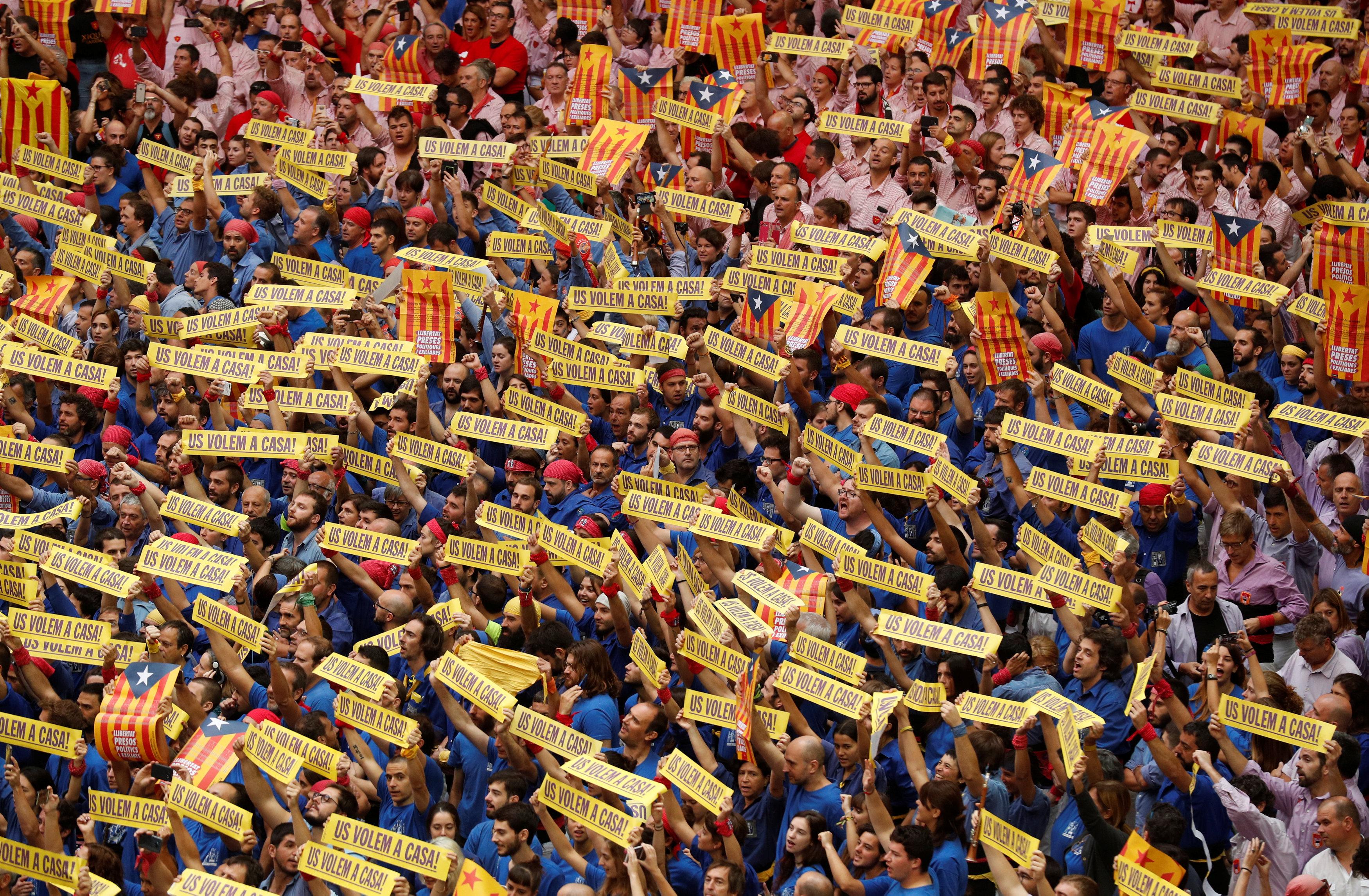 مواطنون يرفعون اللافتات