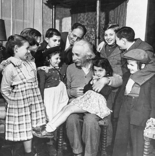 إينشتاين فى حفل عيد ميلاده