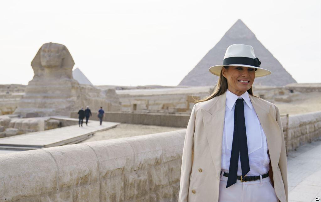 ابتسامة ميلانيا خلال زيارتها للاهرامات