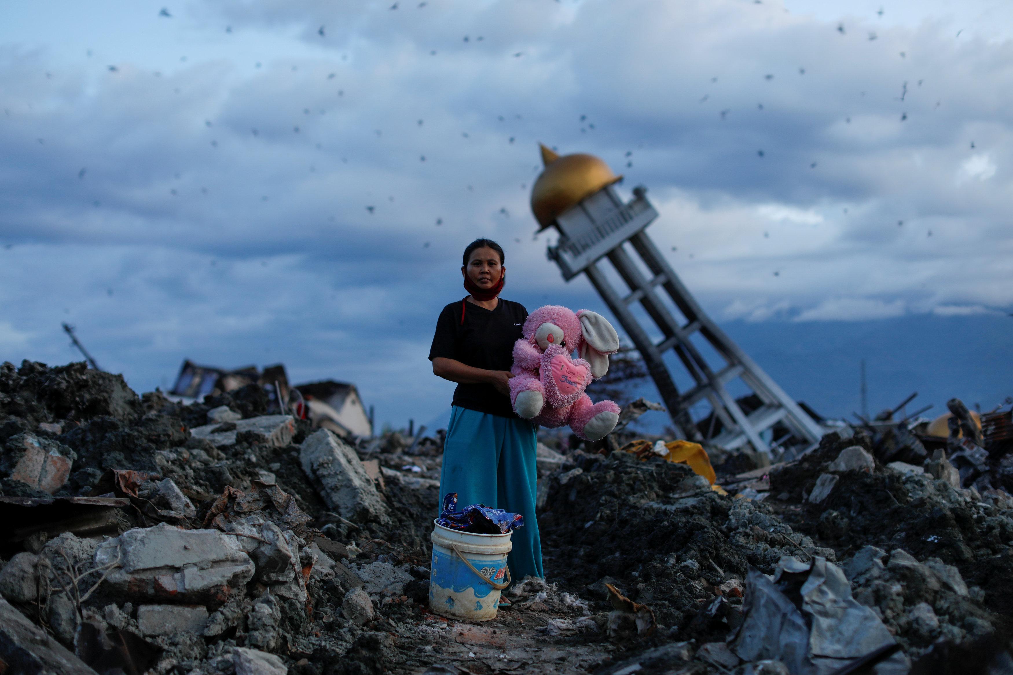 مواطنة إندونيسية تحمل دبدوب