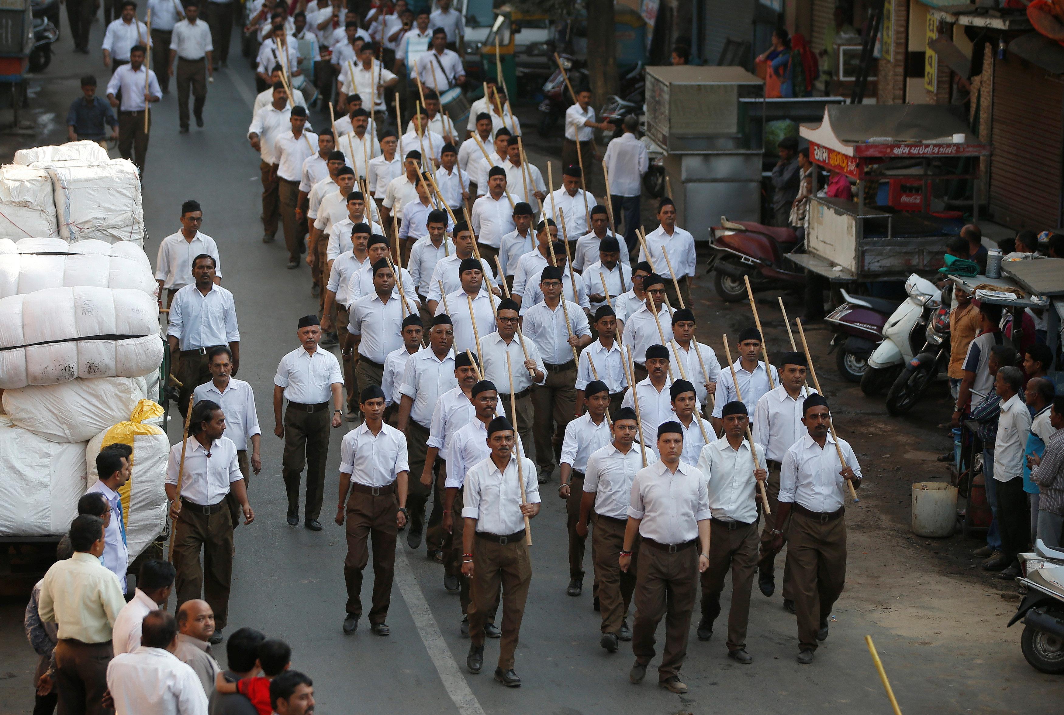 عدد من الهندوس أثناء الاحتفال بيوم الماهالايا