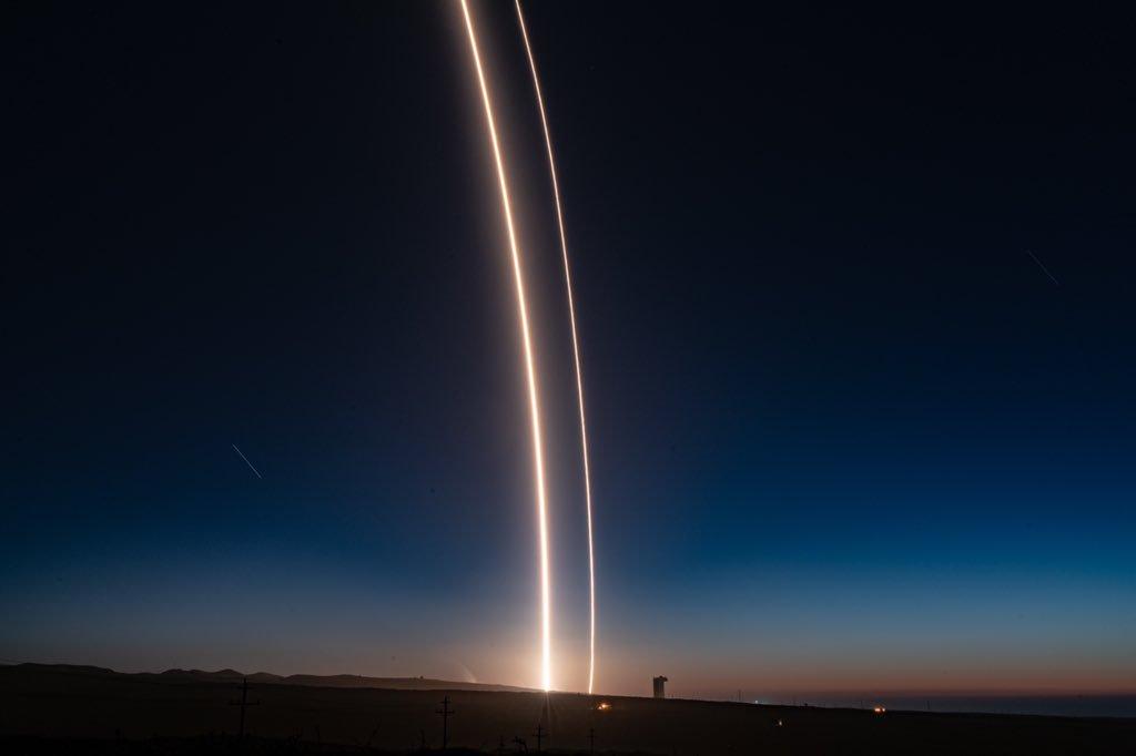 الصاروخ يزين سماء كاليفورنيا
