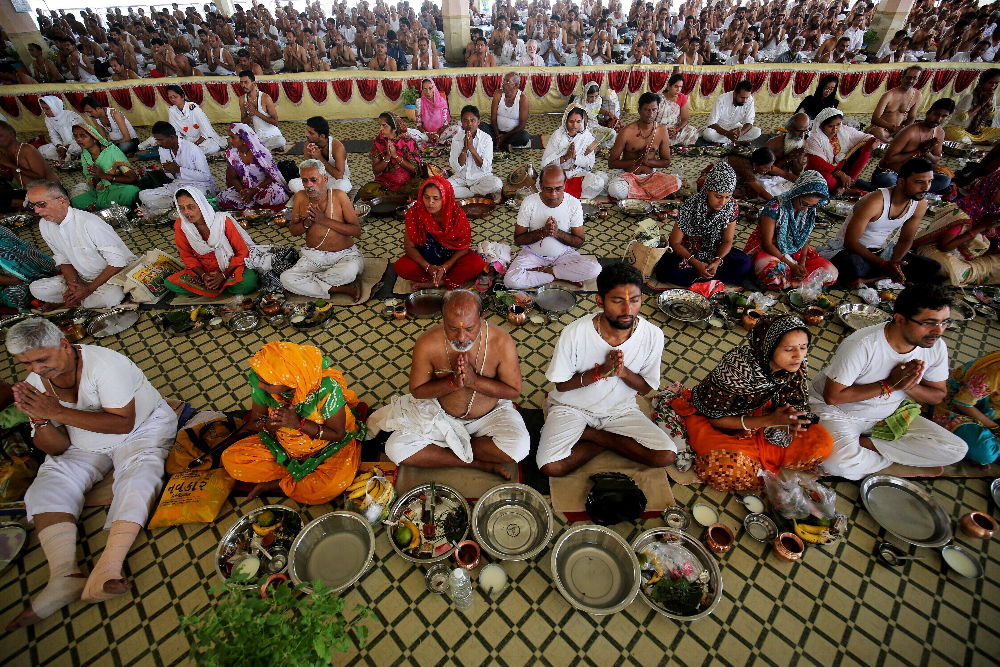 الهندوس يحيون ذكرى أسلافهم