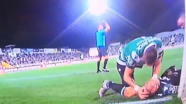 لاعب لشبونة خلال محاولة انقاذ زميله