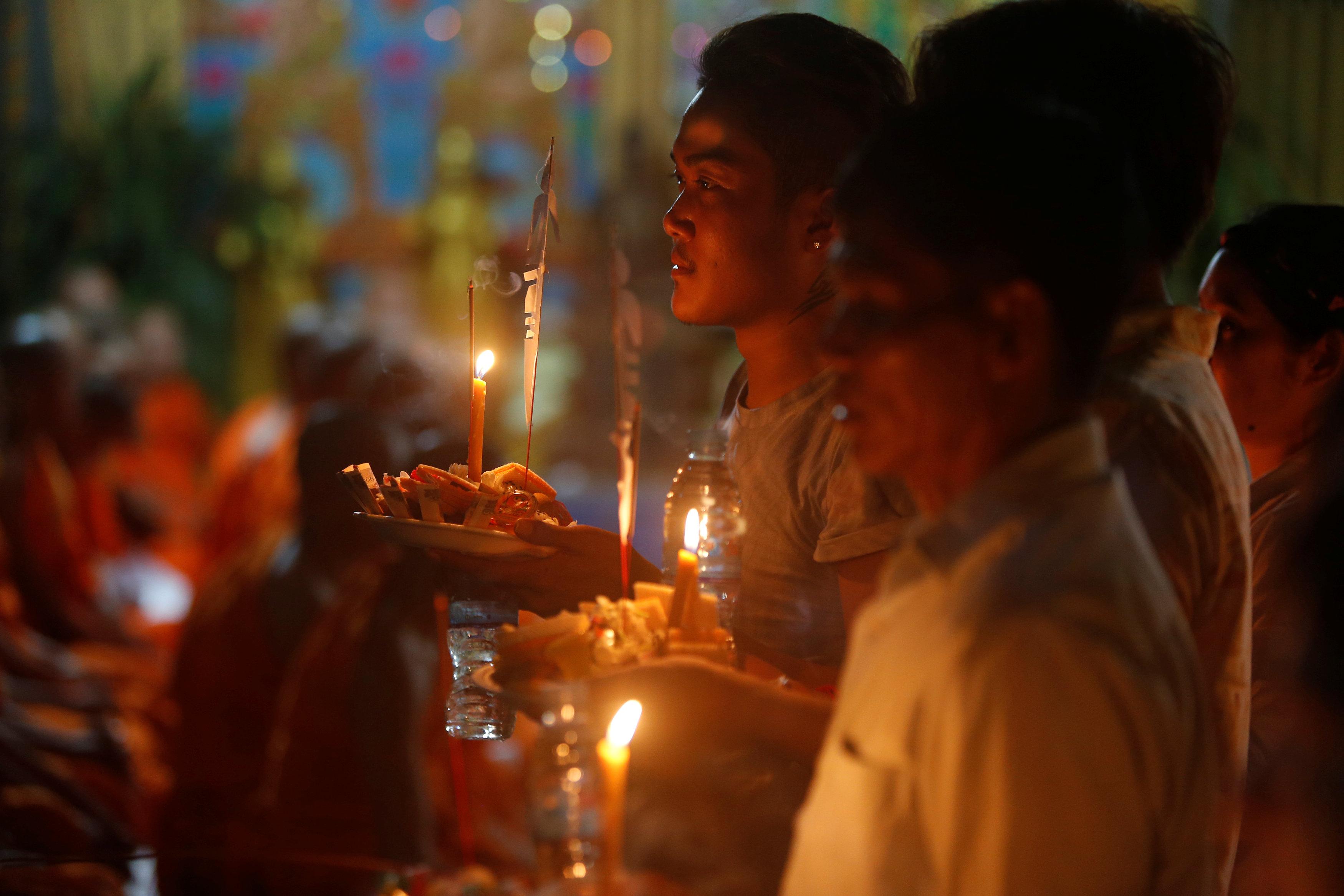 بالشموع والطعام يحتفل الكمبوديون بمهرجان الموتى