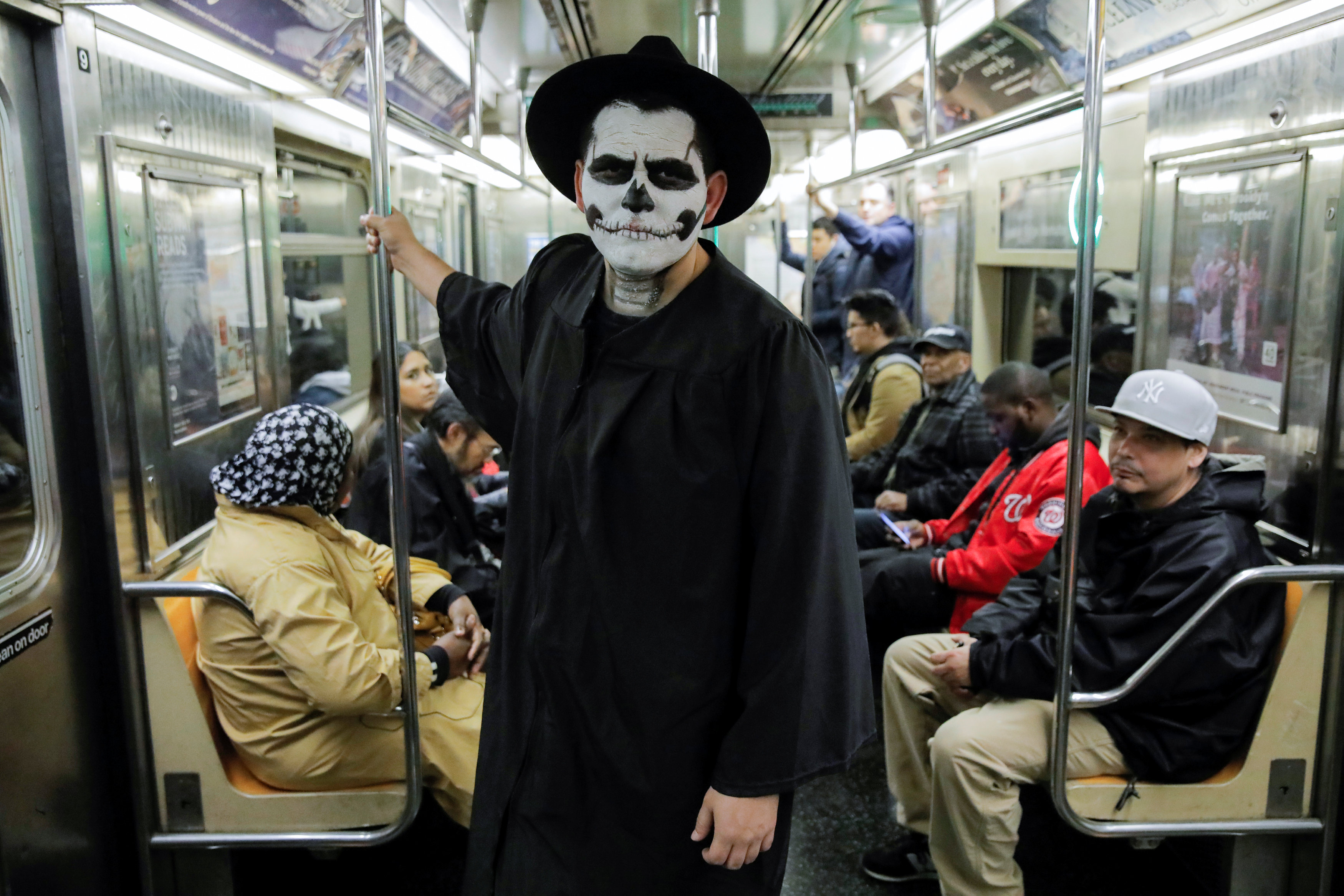 أحد المواطنين يرتدى قناع احتفالا بالهالوين فى أمريكا