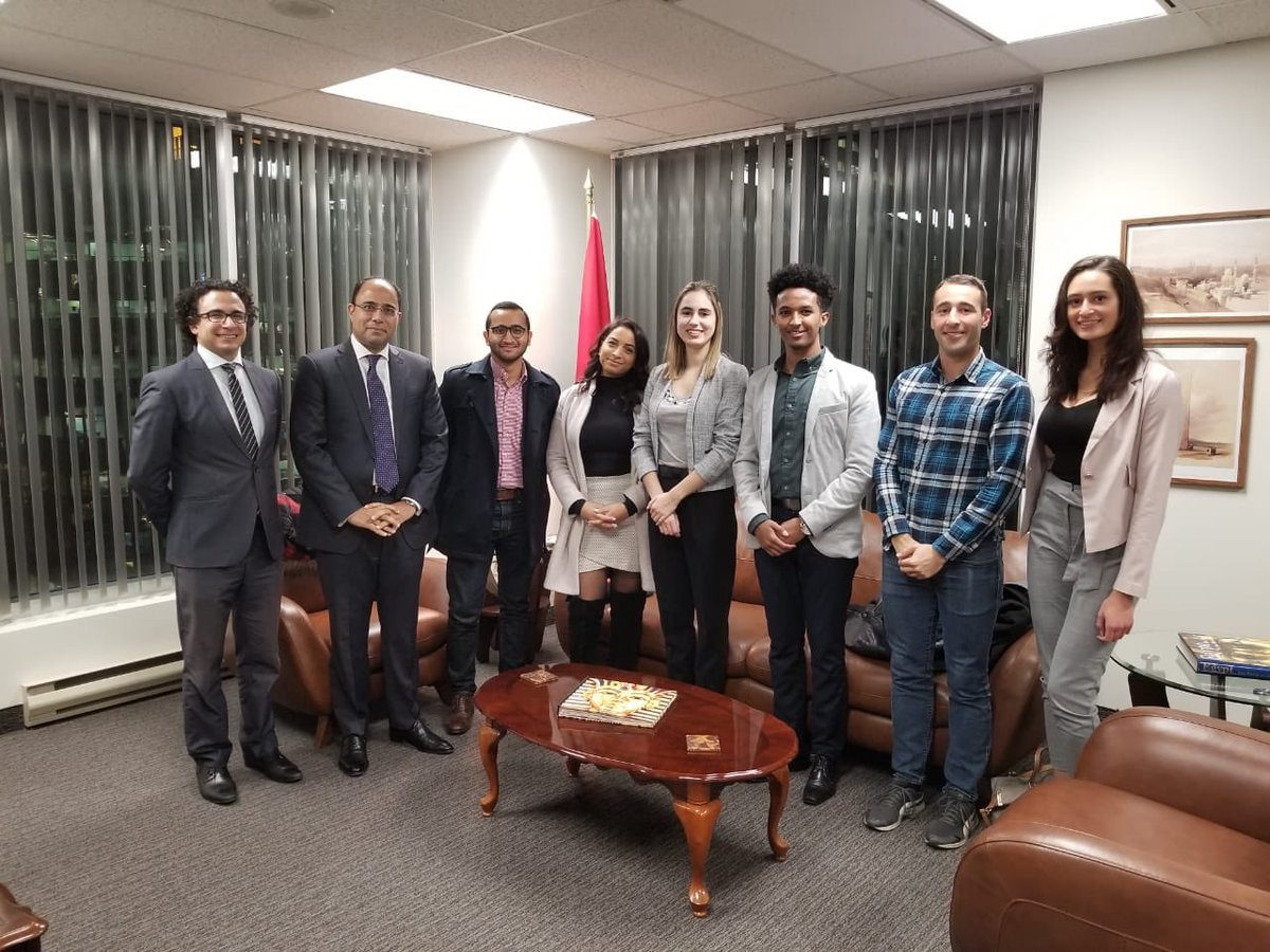 صورة تذكارية للسفير أحمد أبو زيد مع شباب كندا