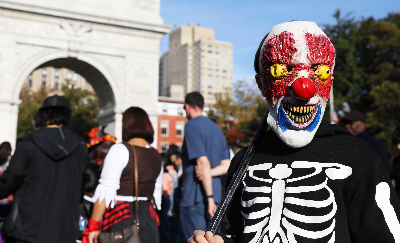 أحد المواطنين يرتدى ماسك مرعب احتفالا بالهالوين فى أمريكا