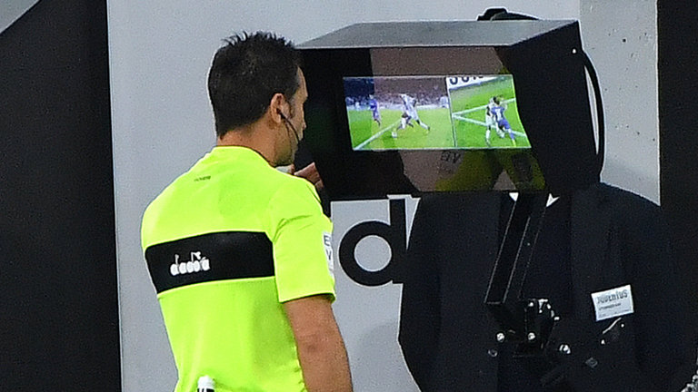 حكم الساحة يطبق تقنية الفيديو