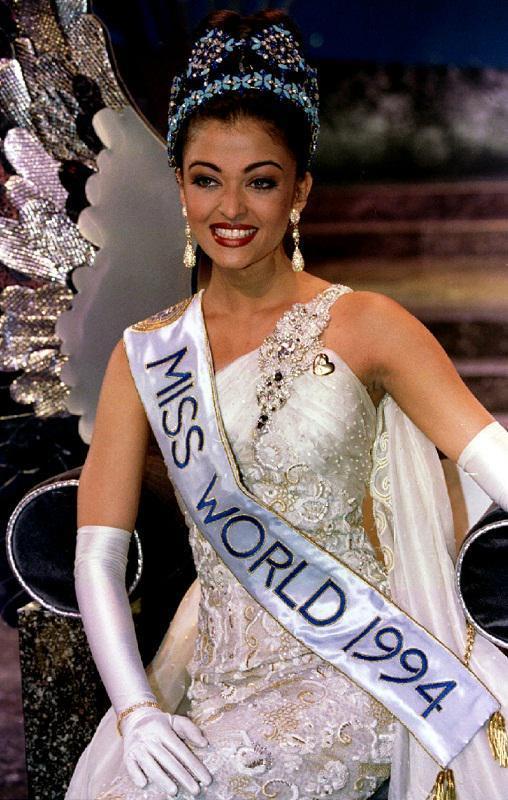 إطلالة آشوريا راى كملكة جمال للعالم