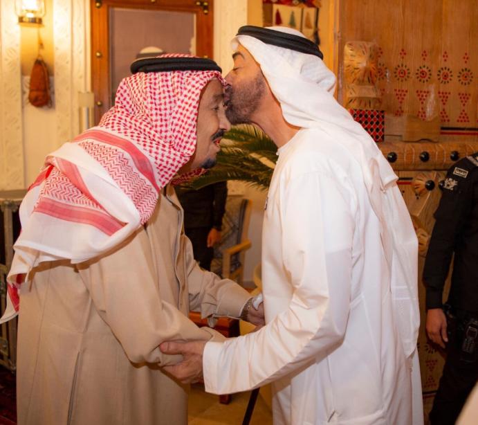 الشيخ محمد بن زايد يقبل الملك سلمان