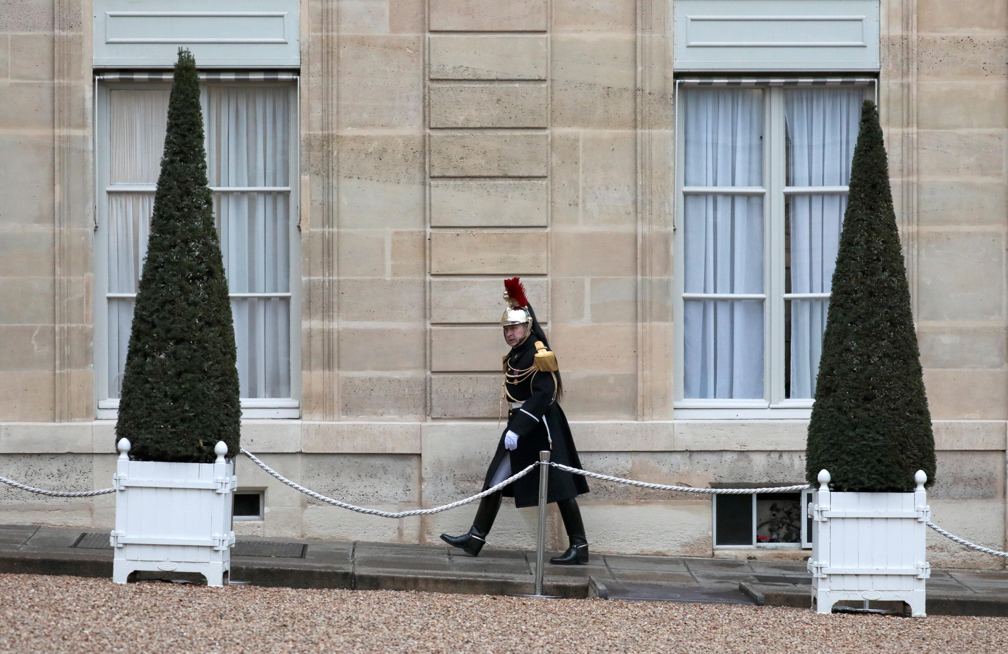 أحد الجنود الفرنسيين أمام قصر الإليزيه