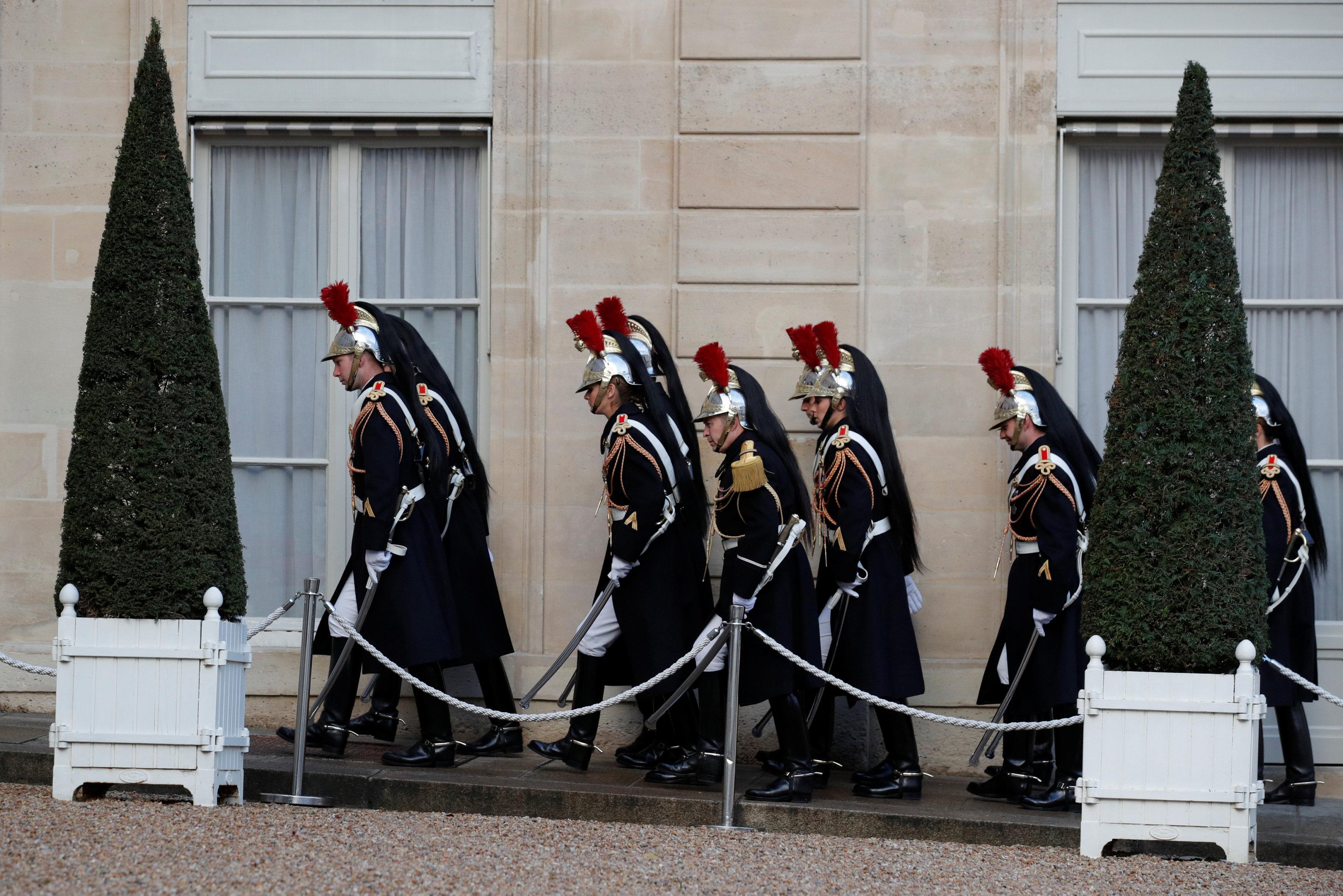 جنود فرنسيين أمام قصر الإليزيه