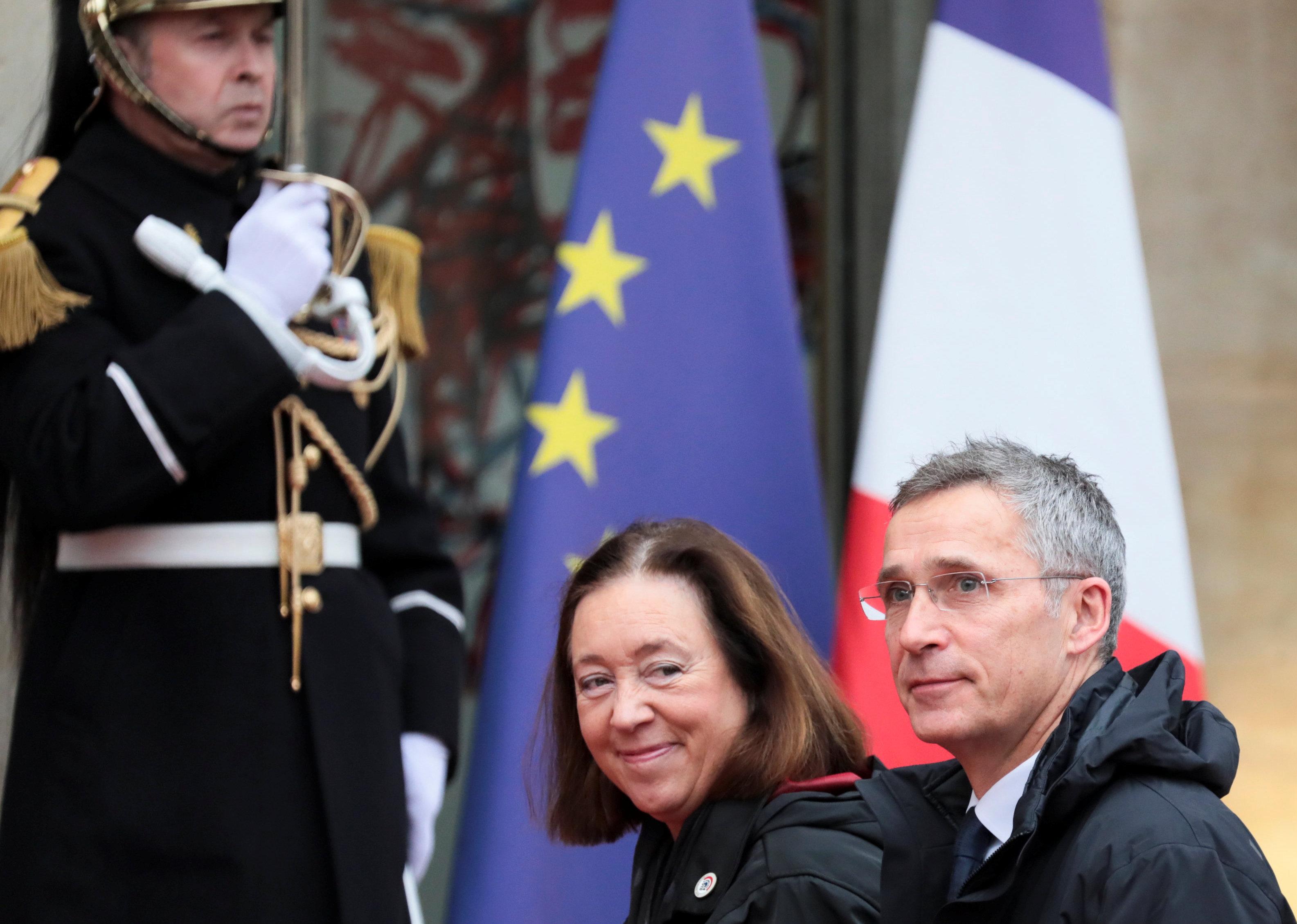 سكرتير عام حلف الناتو وزوجته أمام القصر الرئاسى الفرنسى
