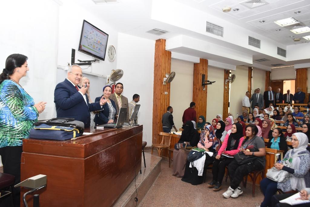 رئيس جامعة القاهرة يقوم بجولة بكلية الطب  (1)
