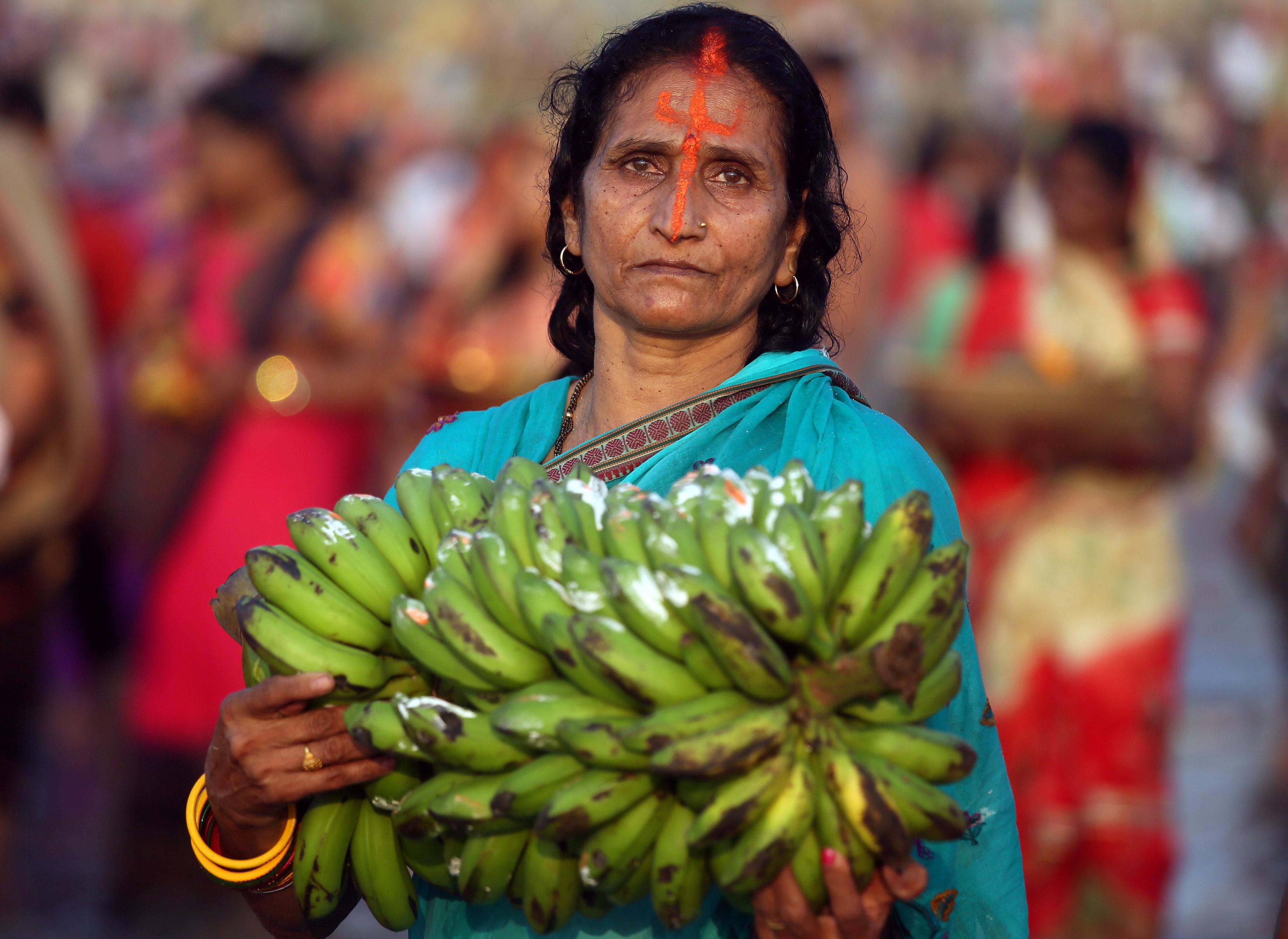 امرأة تحمل قرابين من الموز لإله الشمس
