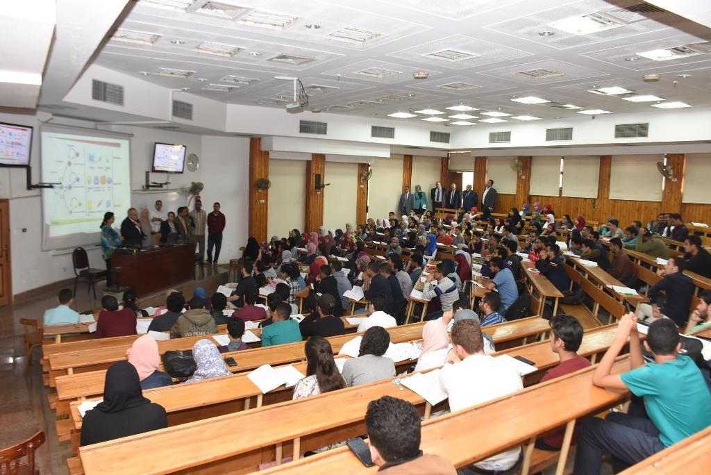 رئيس جامعة القاهرة يقوم بجولة بكلية الطب  (2)