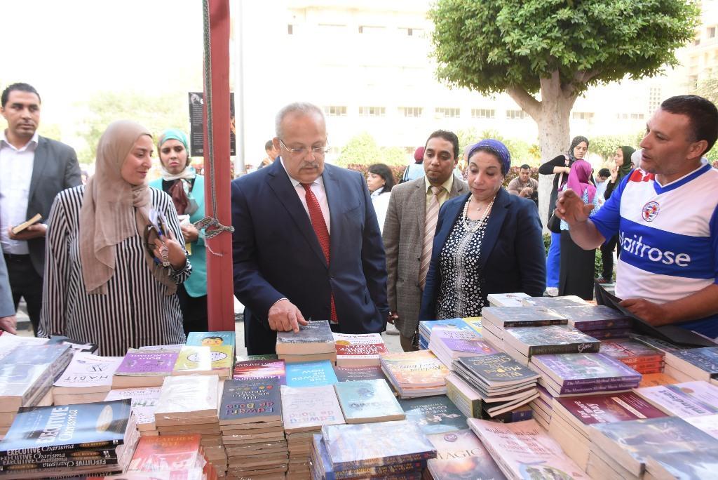 رئيس جامعة القاهرة يقوم بجولة بكلية الطب  (4)