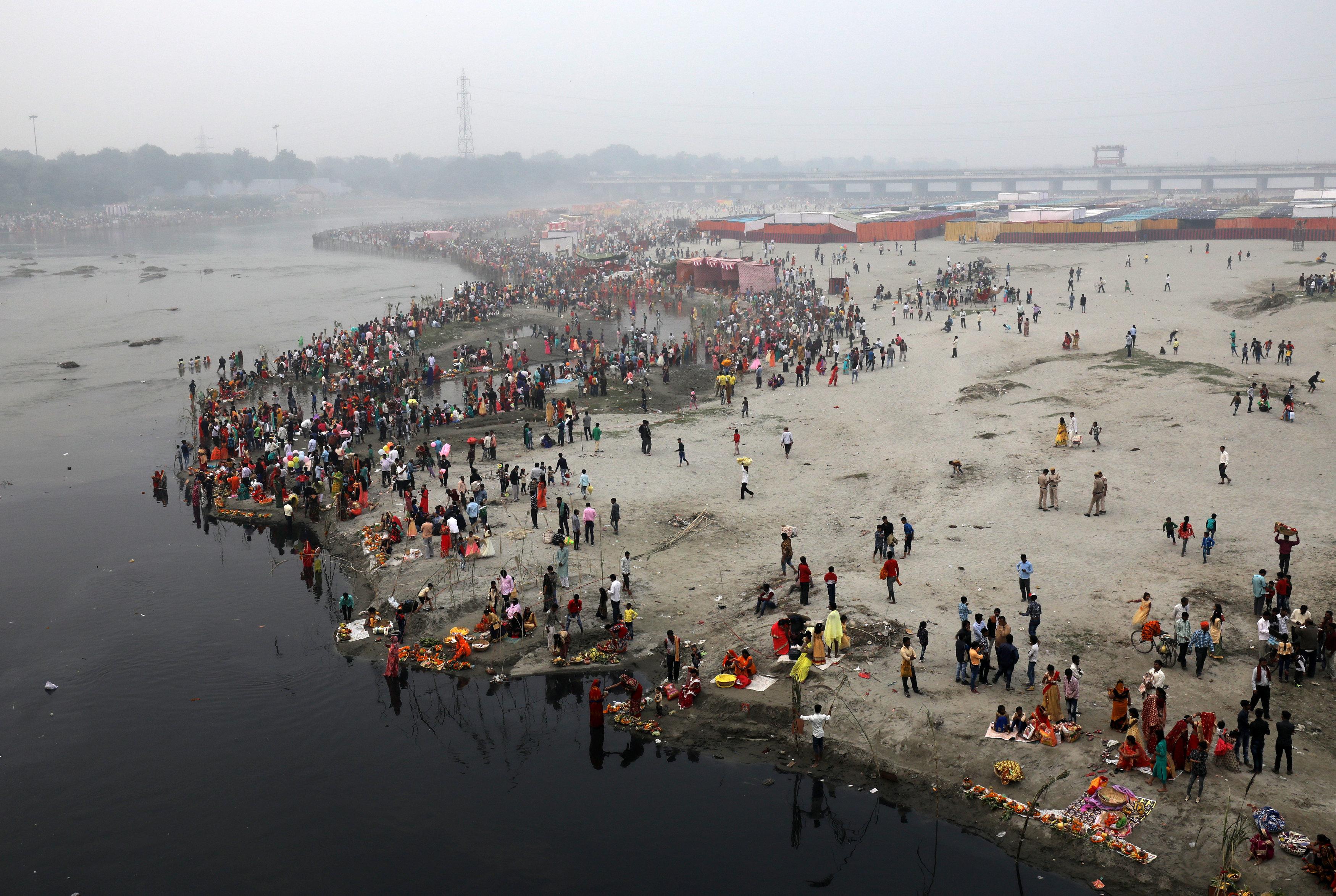 صورة من الأعلى لتجمهر الهندوس عند النهر