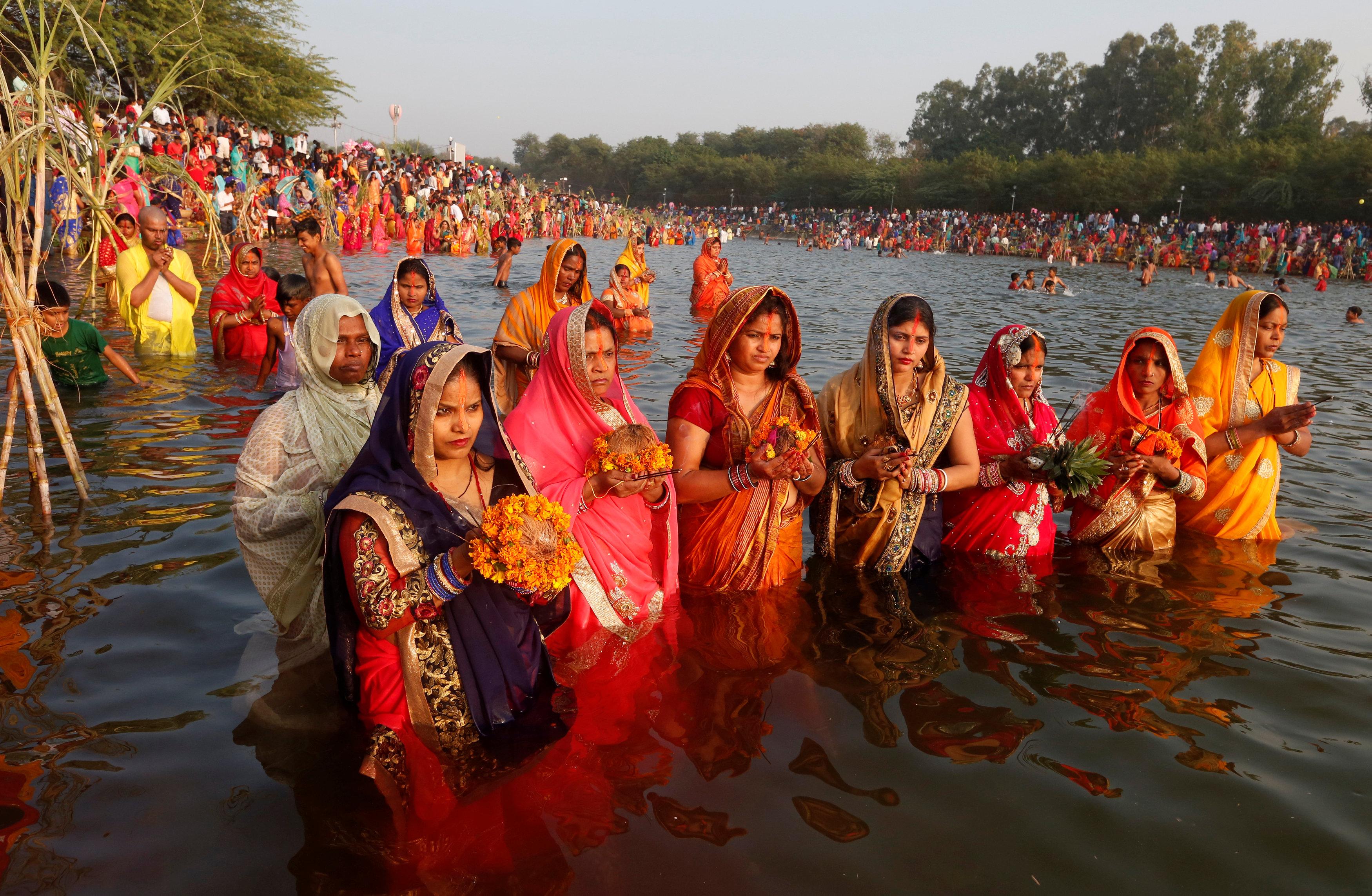 مجموعة من النساء يحملن الزهور وقفن فى النهر
