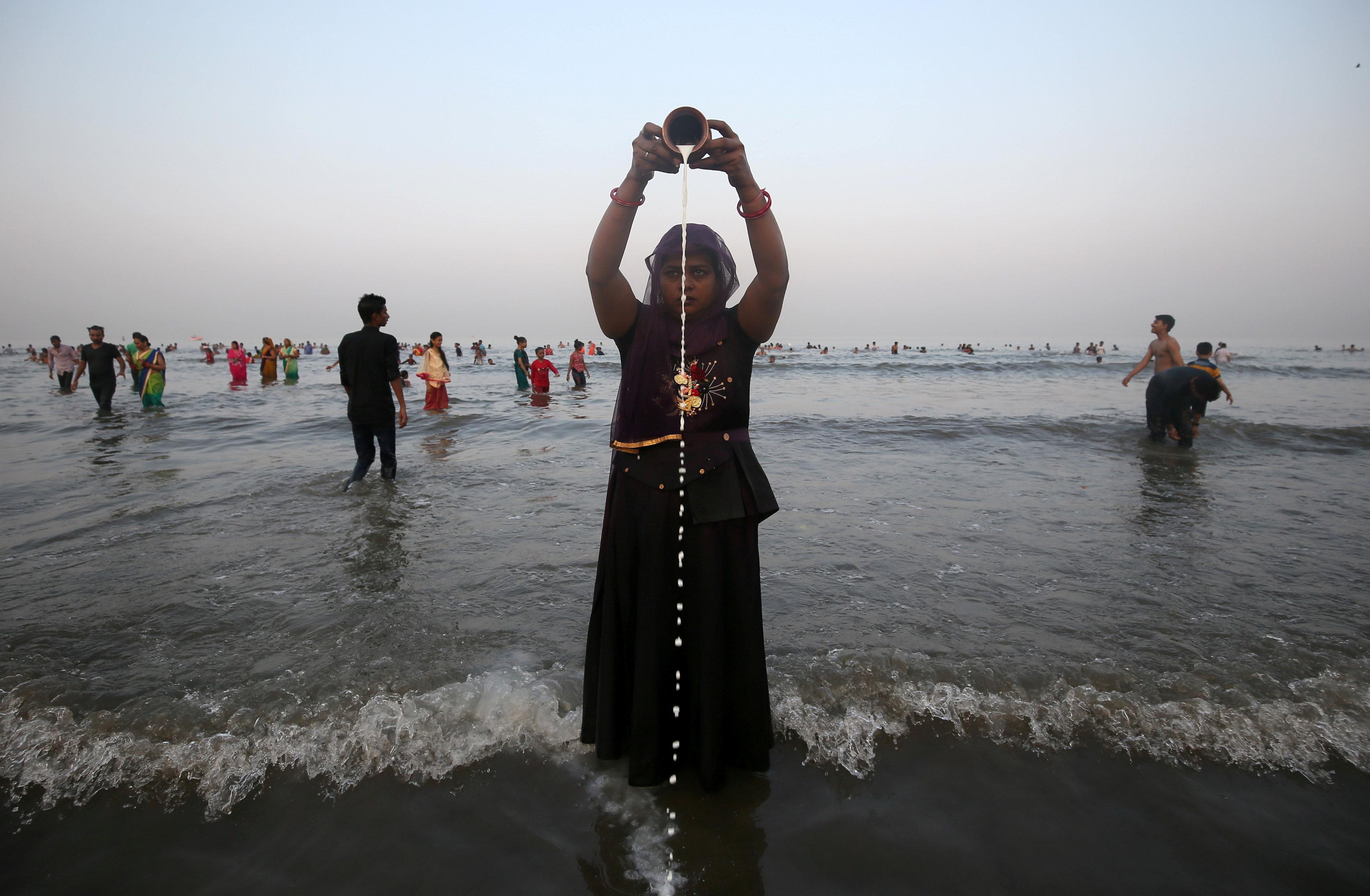 امرأة تسكب اللبن فى مياه النهر