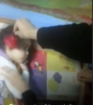 أحد العاملات توقذ طفلة من النوم بضرب جرس فى اذنها